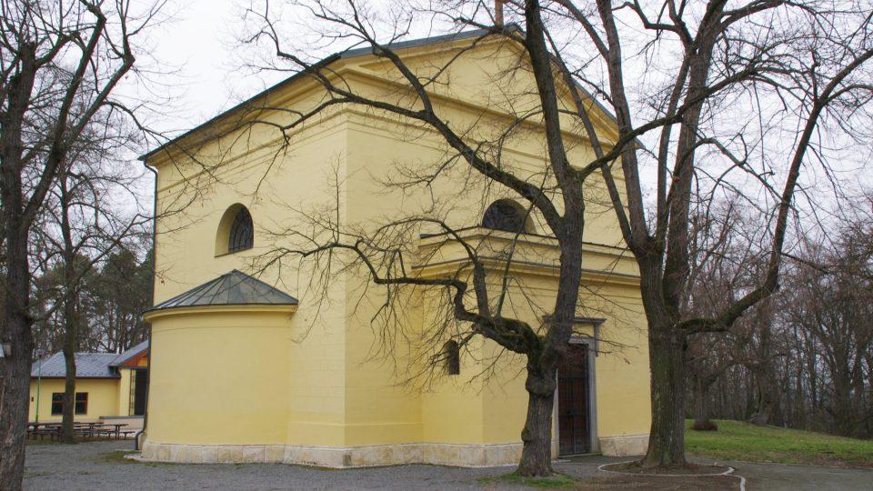 Součástí areálu zámku je klasicistní kaple, která se začala stavět dříve než samotný zámek