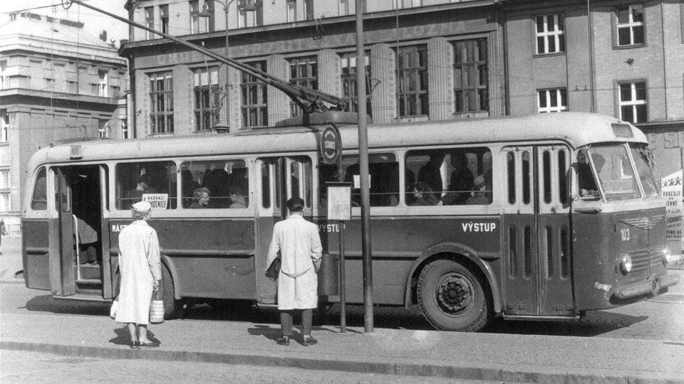 Trolejbus Škoda 7Tr na zastávce u divadla na lince číslo 1 z Jesničánek k nemocnici před rokem 1958