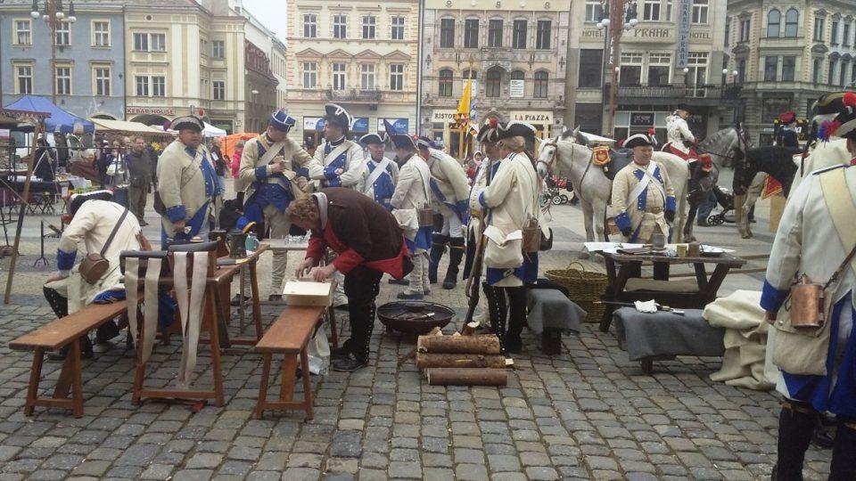 260 let od Bitvy u Liberce - vojáci před radnicí