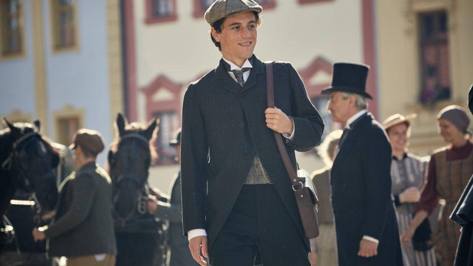 Mladého Alberta Einsteina ztvárníl britský herec Johnny Flynn