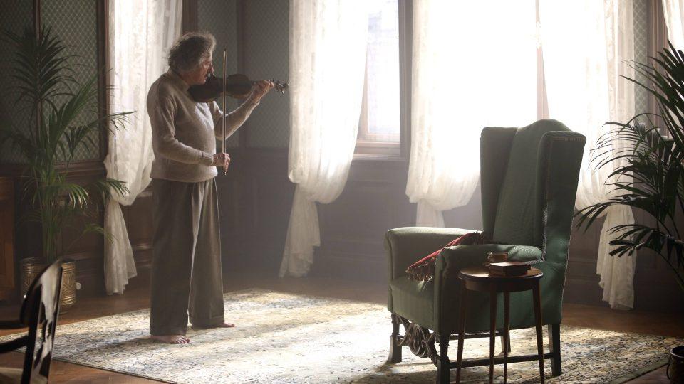Albert Einstein nenosil ponožky a měl rád hru na housle