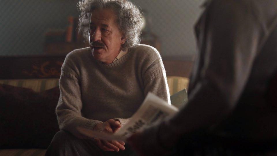 Geoffrey Rush se musel roli Alberta Einsteina přizpůsobit nejen vizáží a německým přízvukem, ale i zvláštním držením těla