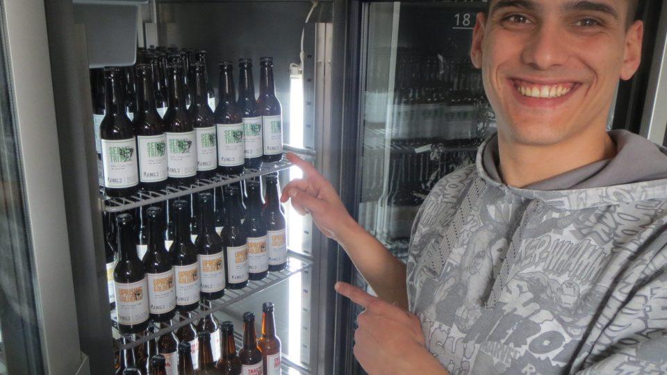 Každá z lahví pivních speciálů prošla rukama zapálených mladých pivovarníků