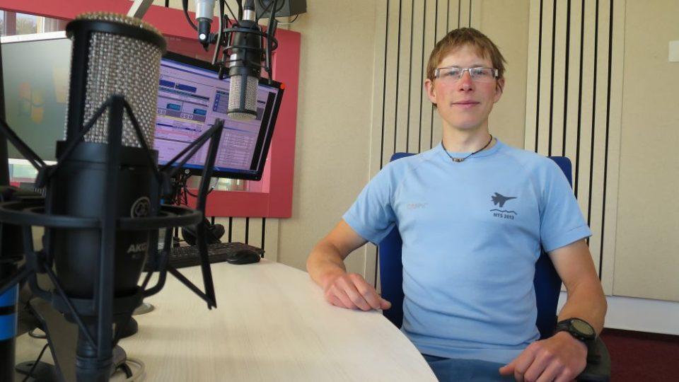 Cyklocestovatel Tomáš Zaplatílek ve studiu Českého rozhlasu Hradec Králové