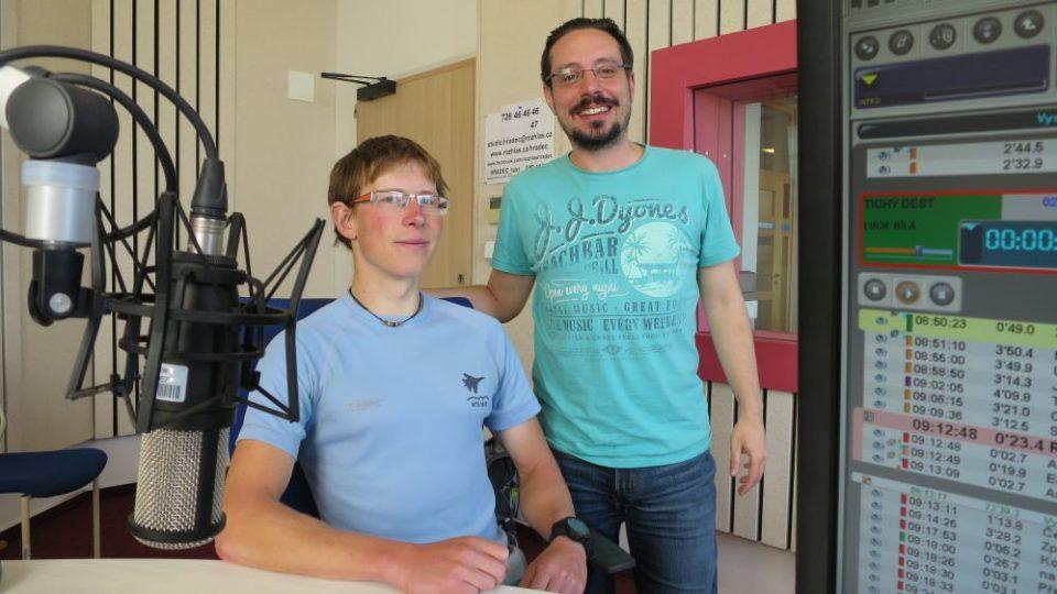 Cyklocestovatel Tomáš Zaplatílek spolu s Jakubem Schmidtem ve studiu Českého rozhlasu Hradec Králové