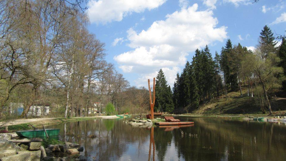 Korunní rybník vévodí zahradě
