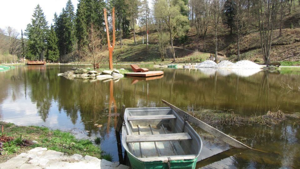 Na Korunní rybník se dostanete i na lodičce