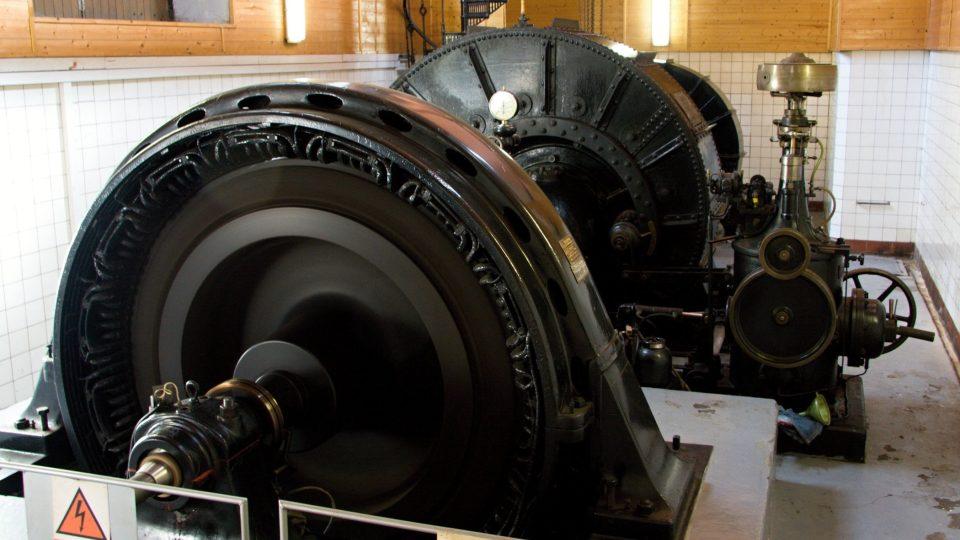 Soustrojí generátoru a dvou turbín