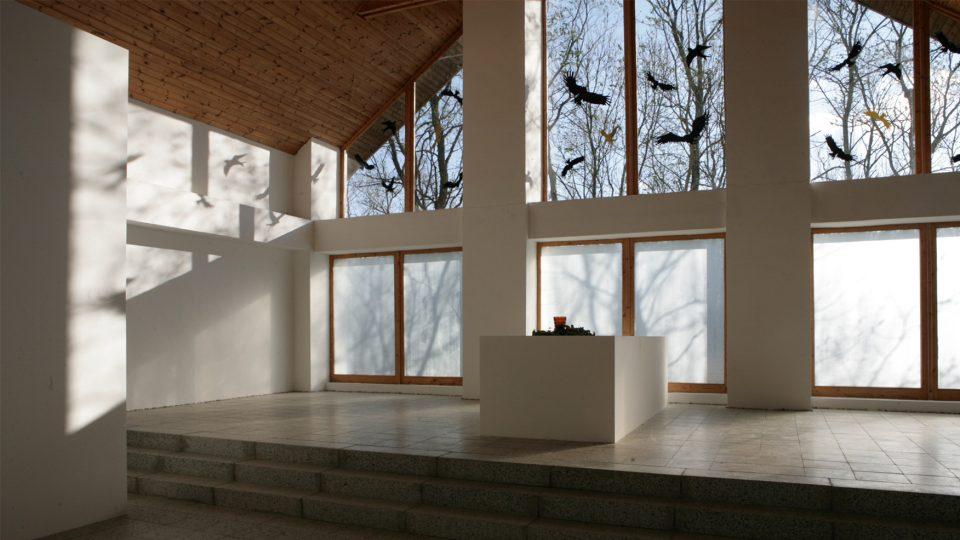 O skla Galerie Na shledanou se zabíjeli ptáci, dnes je chrání siluety dravců, které galerie prodává jako ekologický design