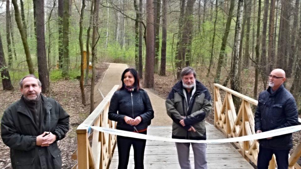 Druhou etapu revitalizace lesoparku Ostende slavnostně otevřeli zleva Richard Havelka, Ivana Mádlová, Petr Náhlík a Milan Sterly