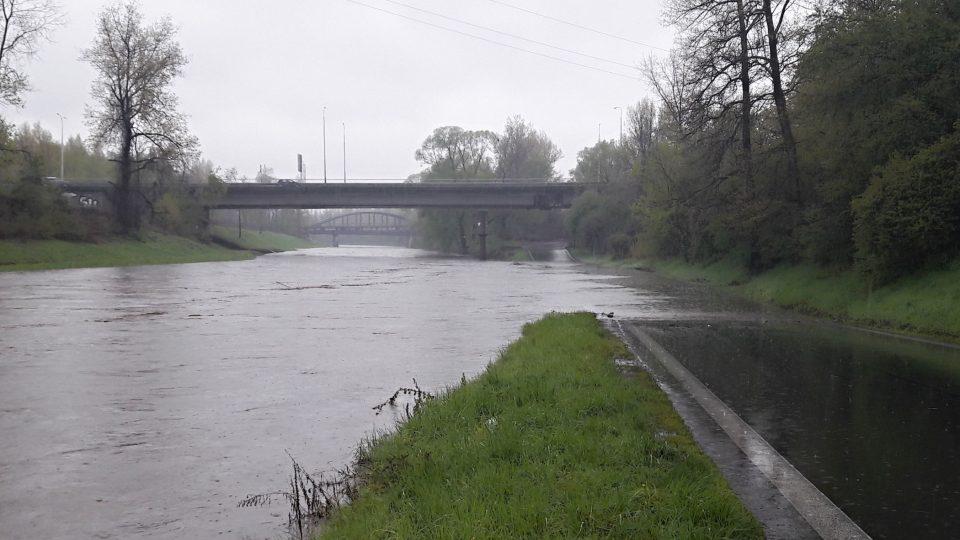 Ostravice zaplavuje silnici na Havlíčkově nábřeží