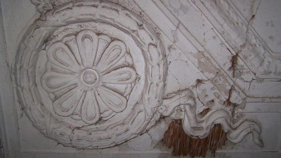 Detail zbytku štuků, které se dochovaly