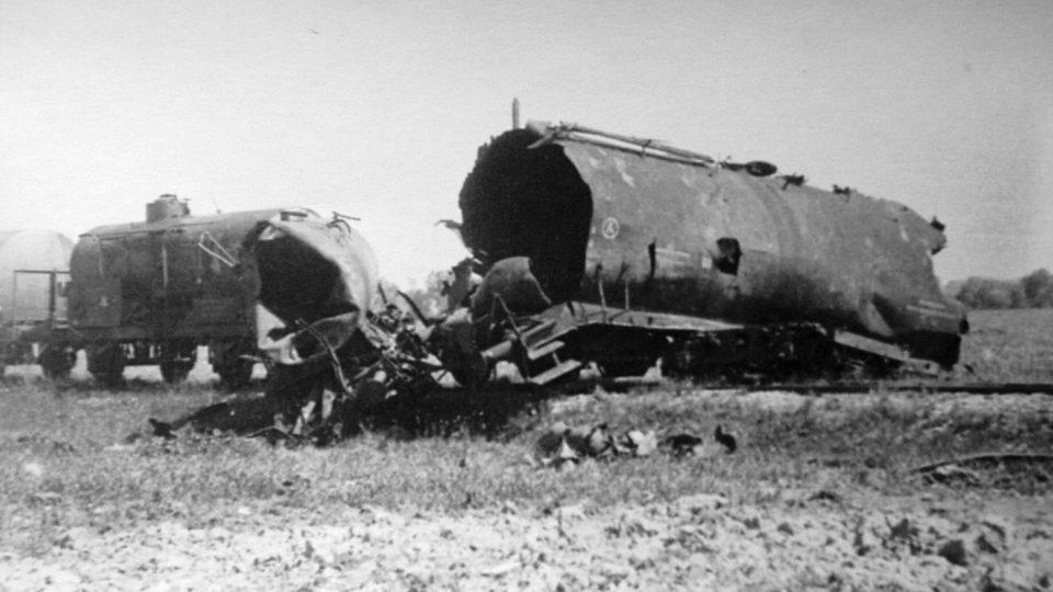Torzo vlaku po výbuchu v dubnu 1945 u Rosic