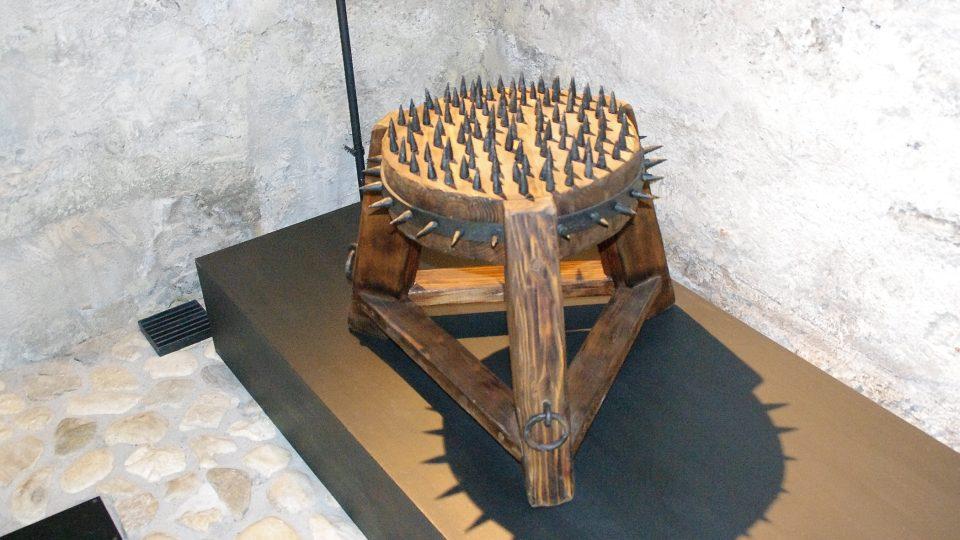 Čarodějnická stolice byla vyrobena podle nalezených zbytků originálu dochovaného ve Zlatých Horách