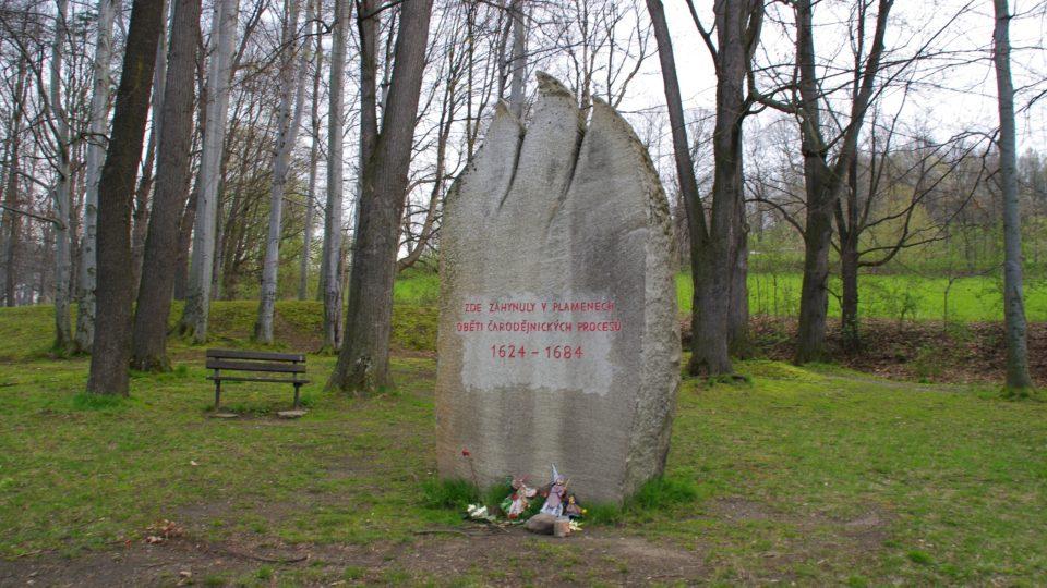 Památník čarodějnických procesů při cestě do Jesenických lázní