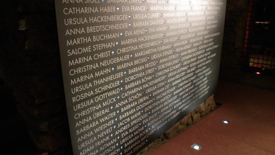 Pamětní deska odsouzených čarodějnic v expozici procesů v jesenickém muzeu