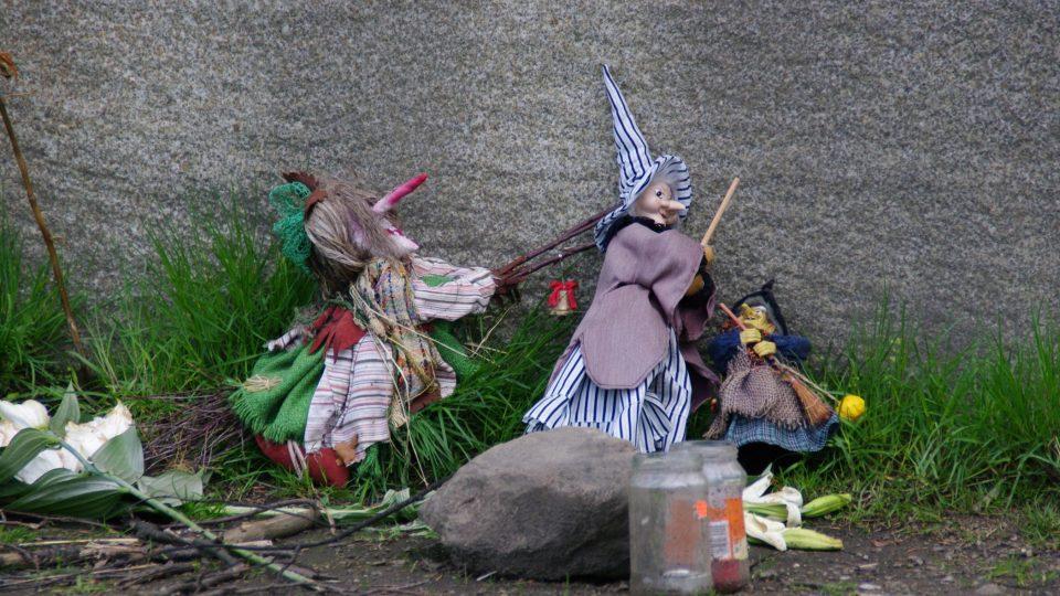 Přestože pálení čarodějnic 30. dubna s procesy nesouvisí, figurky najdemem i přímo u pomníku