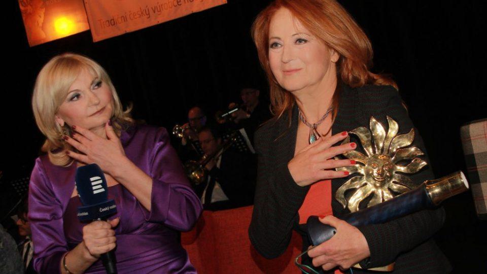 Lada Klokočníková se Simonou Stašovou, vítězkou Šarmantní osobnosti roku 2016.