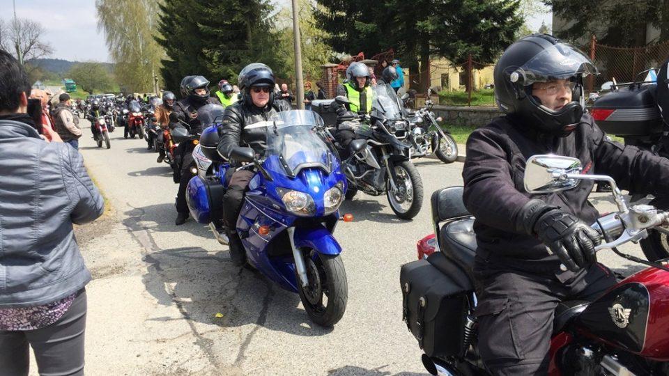 Motorkáři si ve Strmilově vyslechli netradiční bohoslužbu a poté se vydali na spanilou jízdu. Zahájili tak letošní motorkářskou sezónu