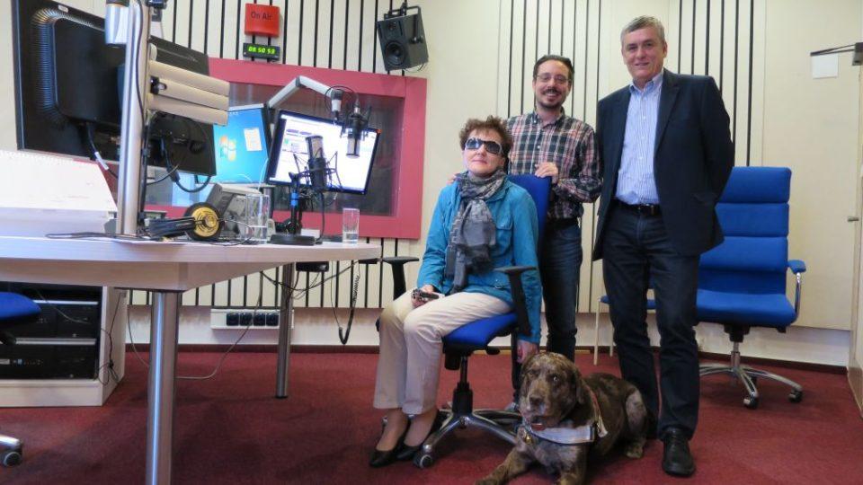 Renata Moravcová, organizátorka akce Barevná tma, spolu s Petrem Tojnarem a Jakubem Schmidtem ve studiu Českého rozhlasu Hradec Králové