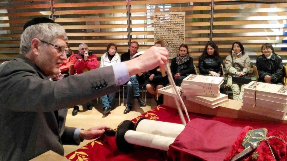 Synagogou návštěvníky provedl Michal Hron, předseda Židovské obce