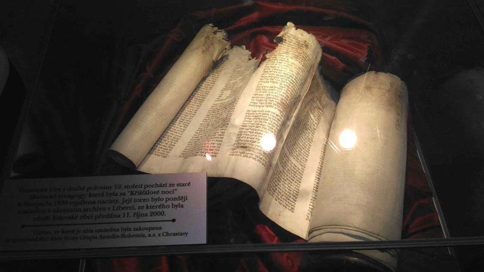 V synagoze je k vidění i tóra, která přežila požár původního svatostánku