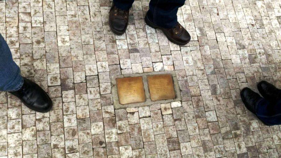 Stolpersteiny neboli Kameny zmizelých před libereckým divadlem