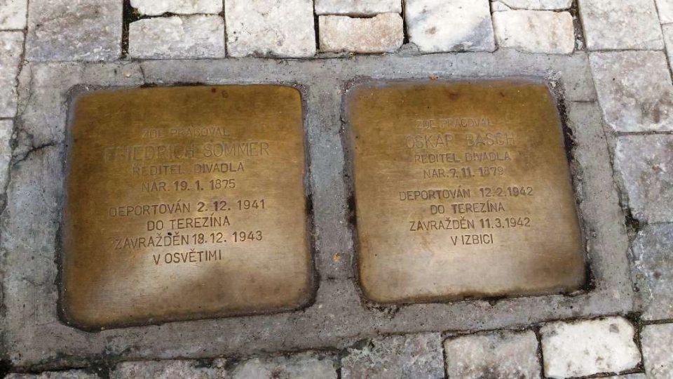 Kameny zmizelých se jmény dvou židovských ředitelů divadla zavražděných nacisty