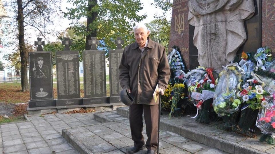 Anatolij Drozdovič u památníku padlých bojovníků UPA v Ljubovli