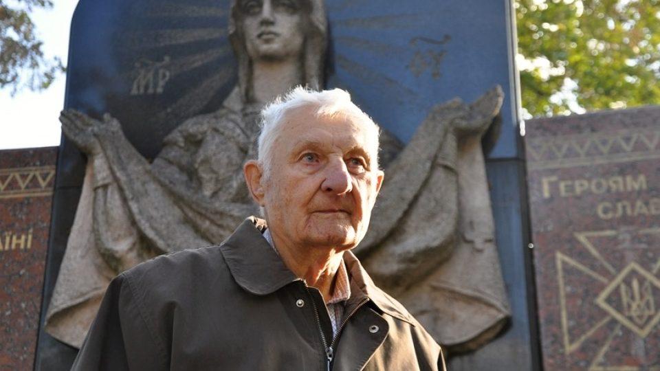 Anatolij Drozdovič před pomníkem padlých bojovníků UPA v Ljubovli