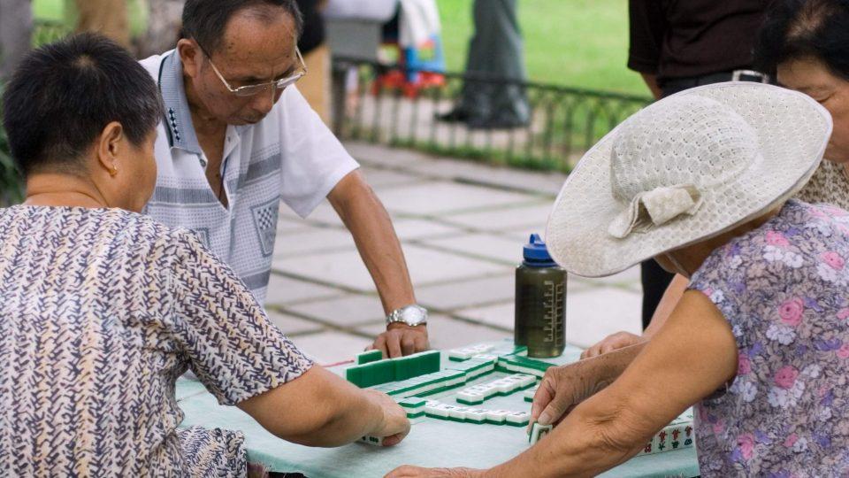 Hráči madžongu v jednom z čínských parků