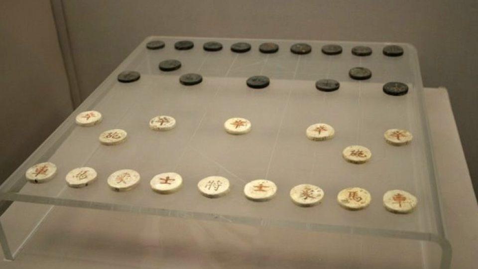 Kameny čínských šachů z přelomu prvního tisíciletí našeho letopočtu