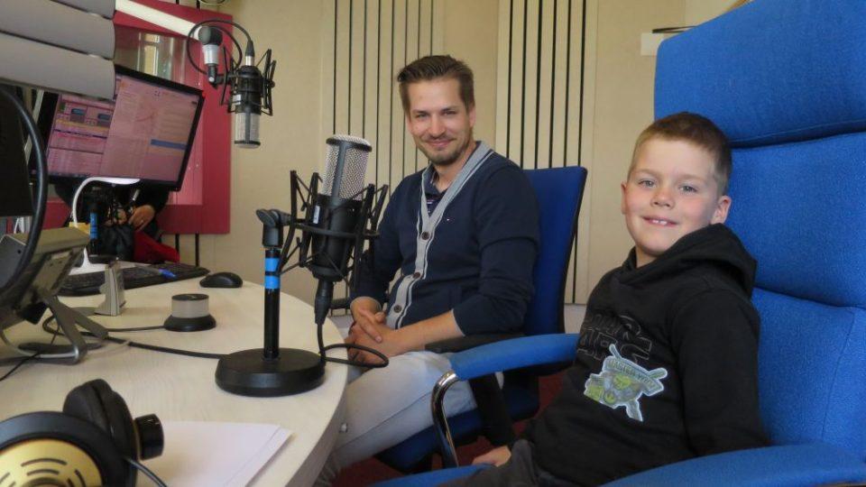 Výkonný ředitel Autoklubu České republiky Adam Eliáš s malým závodníkem Vojtou Mlejneckým
