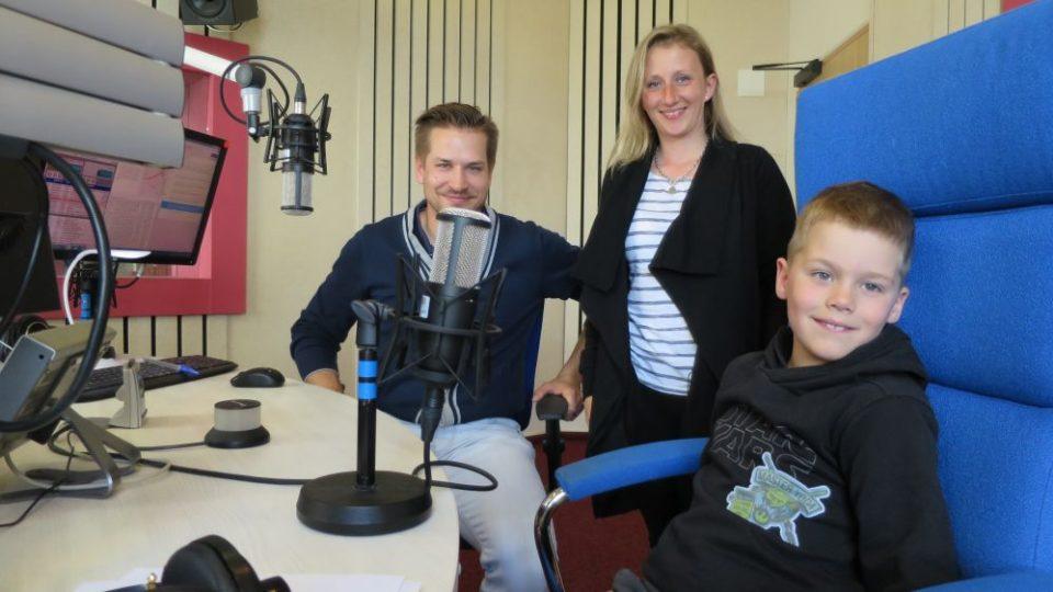 Výkonný ředitel Autoklubu České republiky Adam Eliáš s malým závodníkem Vojtou Mlejneckým a jeho maminkou