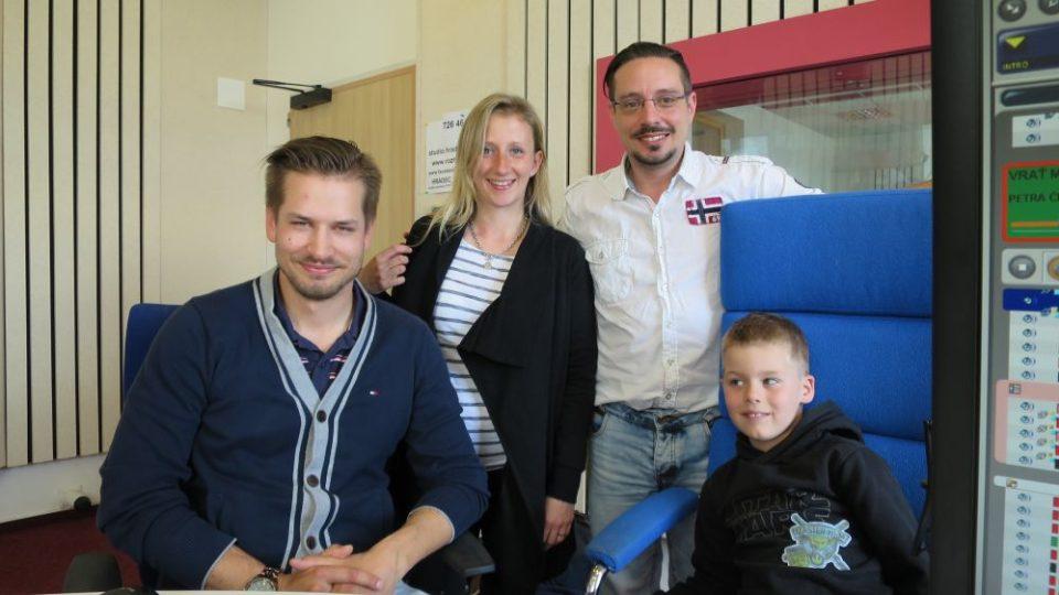 Výkonný ředitel Autoklubu České republiky Adam Eliáš s malým závodníkem Vojtou Mlejneckým, jeho maminkou a Jakubem Schmidtem