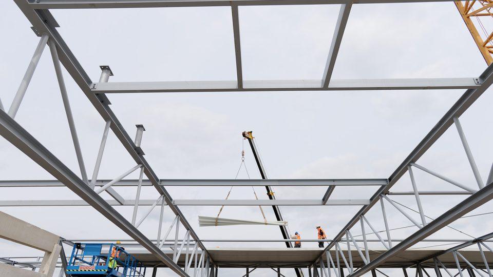 Dělníci v těchto dnech montují na střešní konstrukci profilovaný plech, který doplní izolací