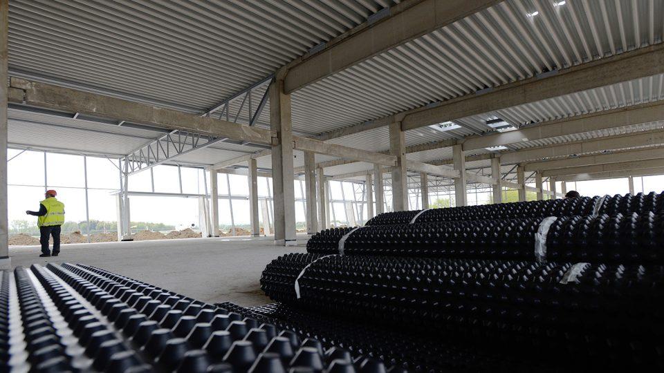 Odletová hala. Betonová podlaha je místo oceli vyztužena speciálními umělými vlákny. V současné době probíhá hydroizolace