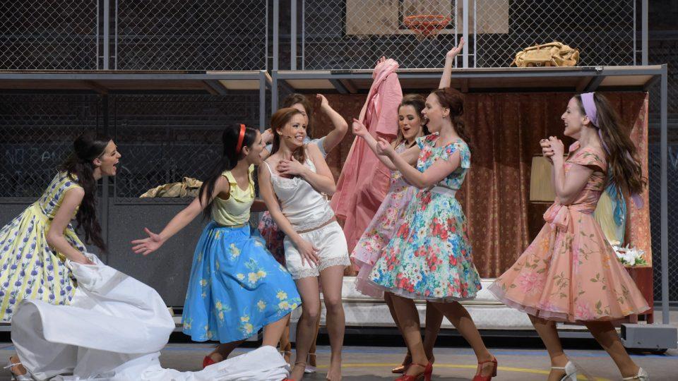 Muzikál West Side Story zazní v Plzni historicky poprvé. Na fotografii: Veronika  Zelníčková (Estella), Diana Velčická (Consuela), Kateřina Falcová (Maria), Kateřina Herčíková (Rosalia), Klára Tomanová (Margarita), Pavlína Palmovská (Francisca)