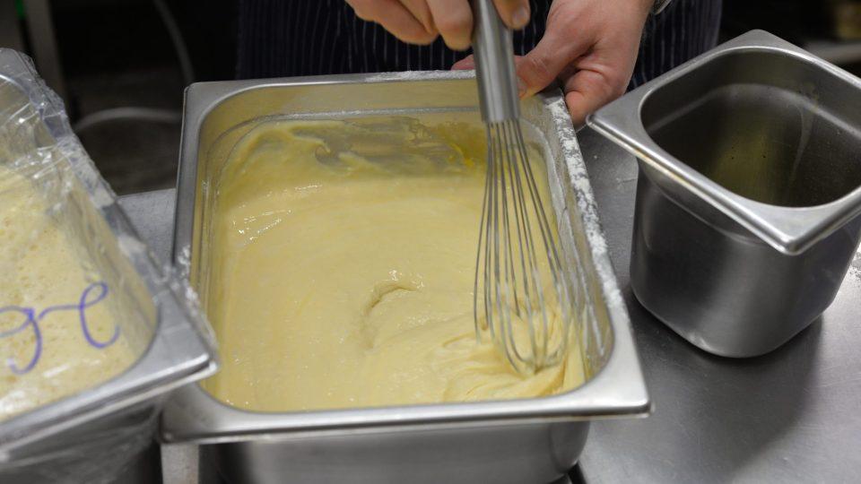 Do mísy nalijeme mléko, přidáme mouku, cukr, droždí, žloutky z vajec a špetku soli. Stále mícháme, aby nevznikly hrudky