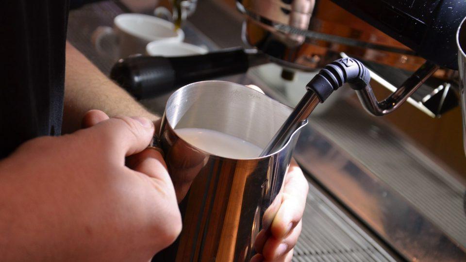 Při přípravě kávových nápojů s mlékem lze použít i kombinaci různých mlék