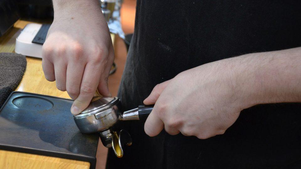 Správné upěchování kávy může ovlivnit její výslednou kvalitu a chuť
