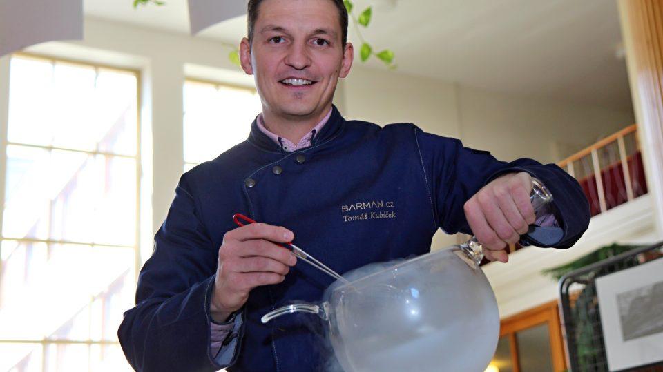 Barman a molekulární mixolog Tomáš Kubíček
