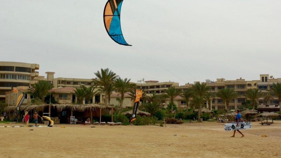 Lukáš Vogeltanz provozuje v egyptské Hurghádě školu kitesurfingu