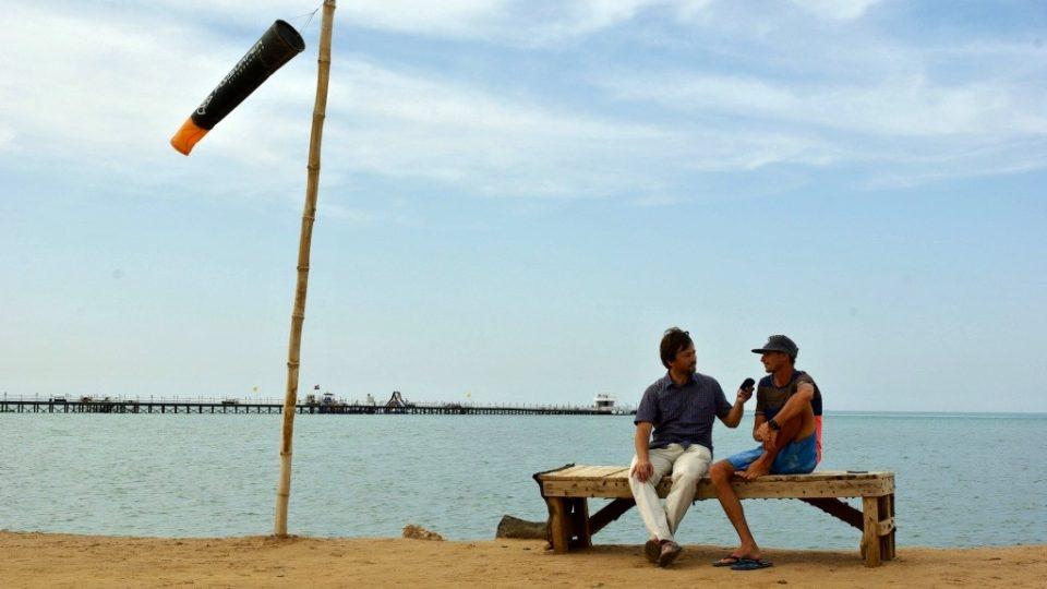 Lukáš Vogeltanz během rozhovoru se Štěpánem Macháčkem na egyptské pláži