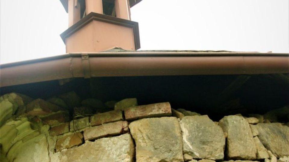 Aktuální stav zadní části baarokní kaple sv. Isidora na Vinici