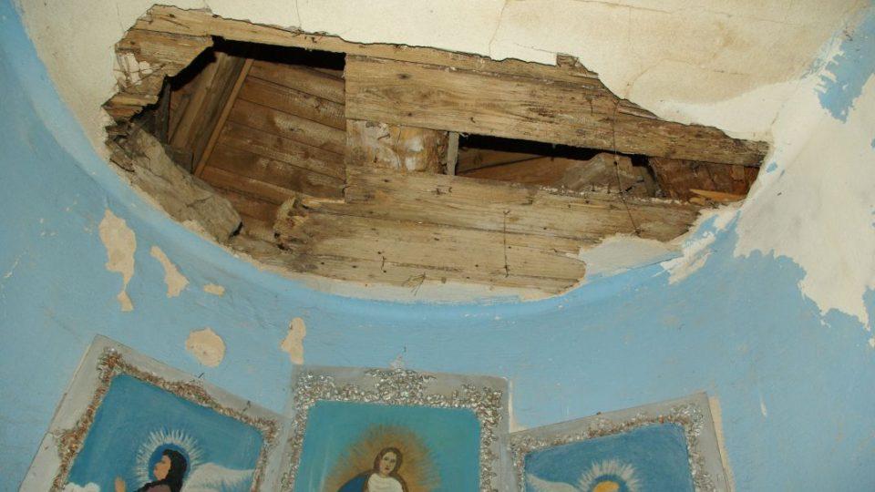 Havarijní stav nad oltářem v kapli sv. Isidora