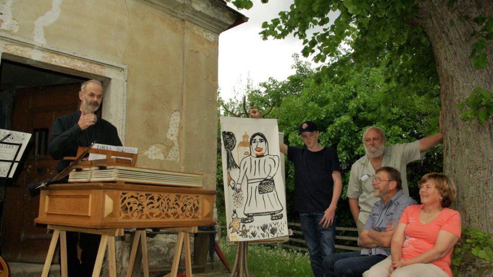 Kulturní program, který připravili Literáci Jitčín v čele se skladatelem a muzikantem Michaelem Pospíšilem (vlevo), doplnila i pouťová, obrazová píseň o sv. Isidorovi