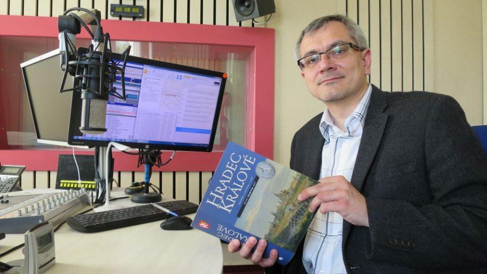 Docent Petr Grulich z Filozofické fakulty Univerzity Hradec Králové ve studiu Českého rozhlasu Hradec Králové
