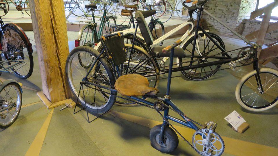 Mezi zajímavé prototypy kola patří lehokolo výrobce Františka Teznera z Chrudimi z roku 1935