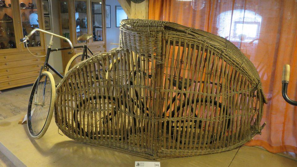Originální přepravní koš na velociped je z roku 1895
